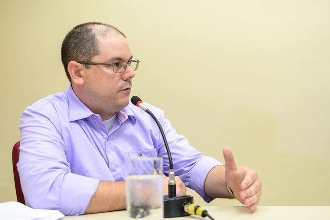 Comissão debate situações sobre a água de Porto Alegre. Na foto: Representante do DMAE Rafael Gonçalves.