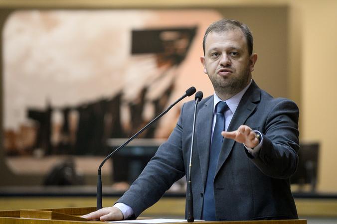 Esclarecimentos acerca da política de assistência municipal. Na foto: Vereador André Carús.