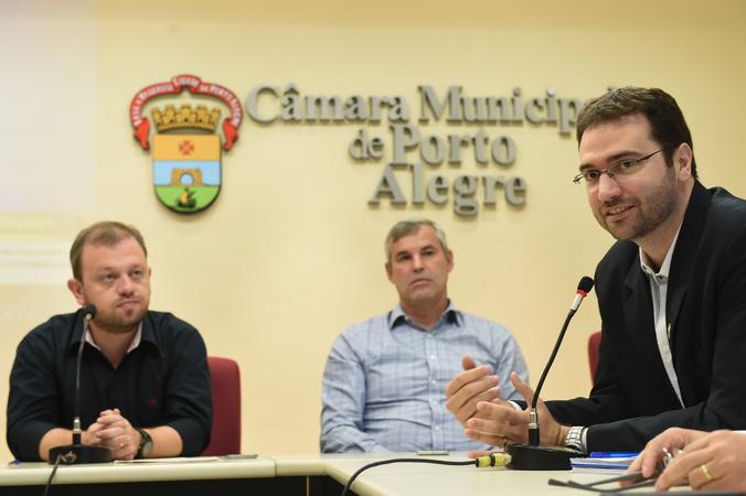 Agendamento de consultas e exames na rede pública municipal de saúde. Na foto: da esq.: vereadores André Carús e Mauro Pinheiro; secretario-adjunto da SMS, Pablo Stürmer.