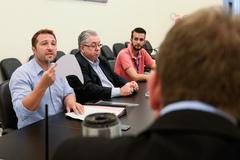 Comissão de Constituição e Justiça revisa projetos de lei propostos por veradores. Na foto,  da esquerda para à direita, os vereadores  Mendes Ribeiro e Adeli Sell.