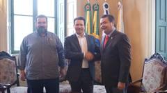 Clàudio Janta, Nelson Marchezan e Professor Wambert reunidos no Paço Municipal.