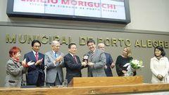 Vereadores Wambert e Nedel na cerimônia que homenageou o doutor Moriguchi.