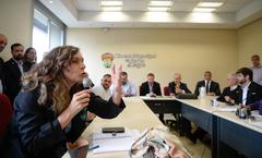 Reunião Conjunta CCJ, CEFOR e CUTHAB sobre a política salarial dos servidores municipais. Na foto, vereadora Sofia Cavedon (ao microfone).